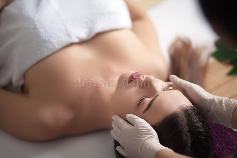 Молодая, красивая и здоровая женщина в салоне курорта Традиционные восточные терапия и косметики массажа стоковая фотография rf