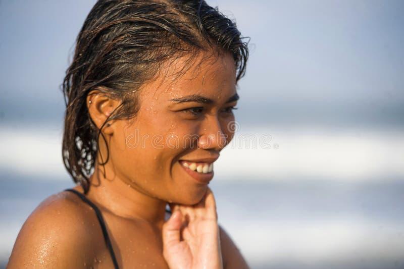 Молодая красивая и сексуальная азиатская девушка в бикини с влажными  стоковые изображения rf