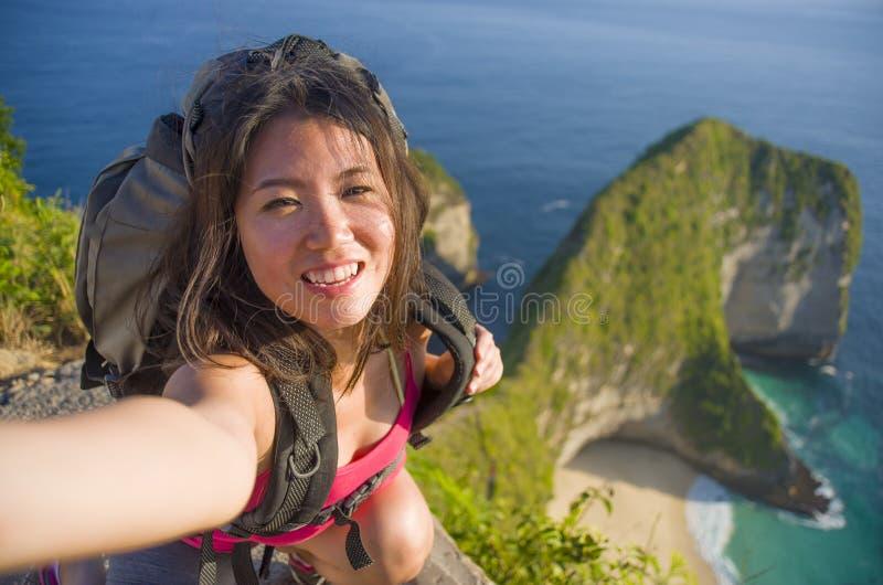 Молодая красивая и счастливая азиатская корейская туристская женщина принимая собственную личность стоковые изображения rf
