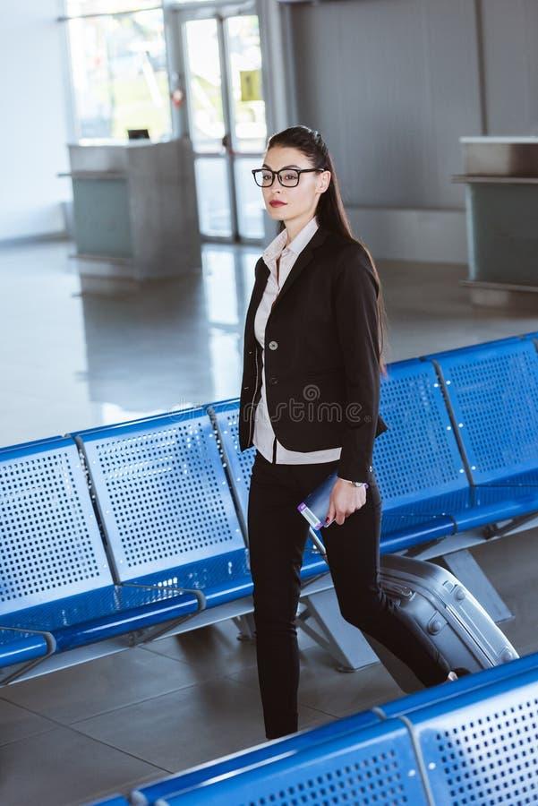 молодая красивая коммерсантка в стеклах идя с багажем стоковые фотографии rf