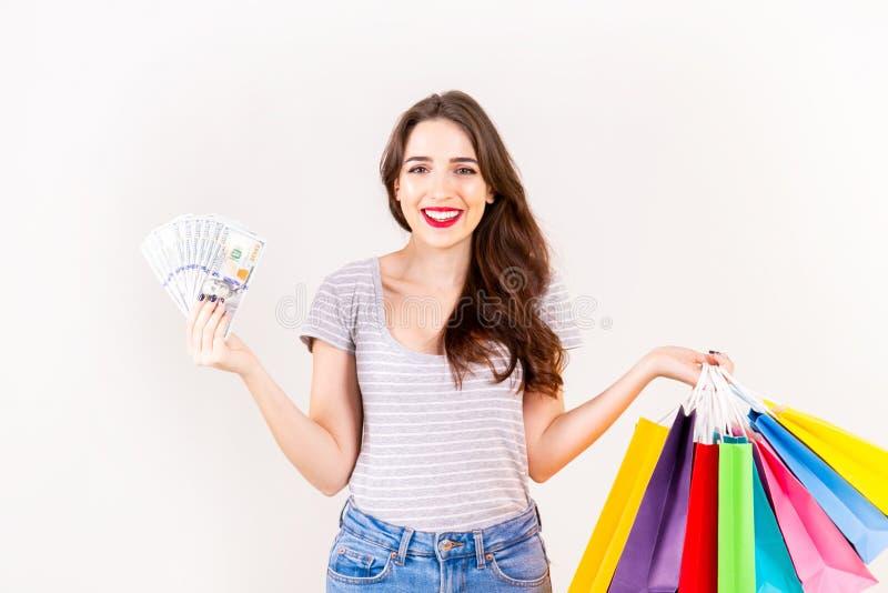 Молодая красивая модель с сериями хозяйственных сумок в руках стоковое изображение