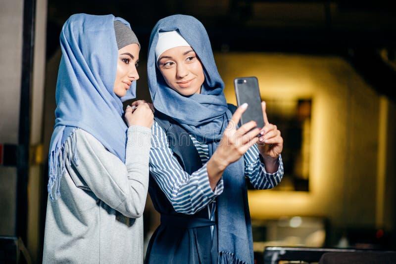 Молодая красивая мусульманская женщина принимая автопортрет с телефоном камеры стоковое изображение rf