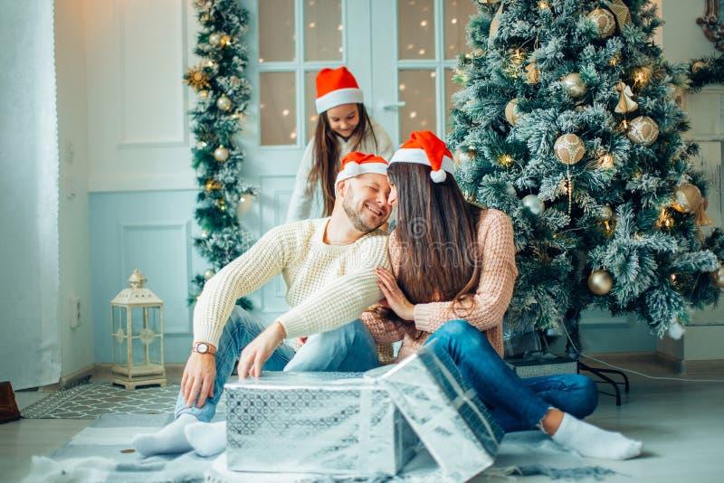 Молодая красивая семья в установке рождества Мать, отец и дочь стоковые изображения