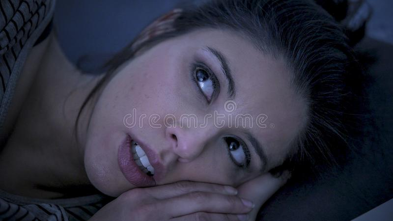 Молодая красивая унылая и потревоженная инсомния латинской женщины страдая и проблема спать разлада неспособная для того чтобы сп стоковое изображение rf