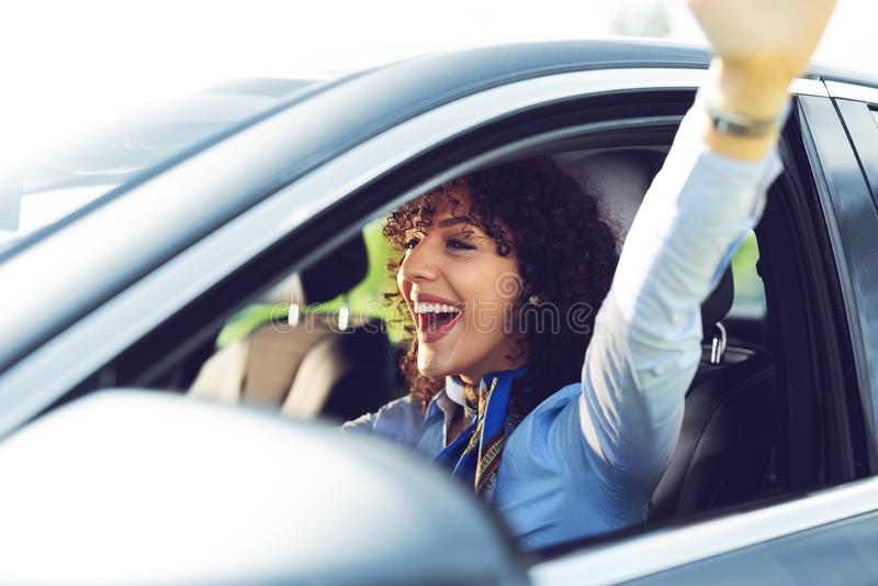 Молодая красивая усмехаясь девушка управляя автомобилем стоковые изображения