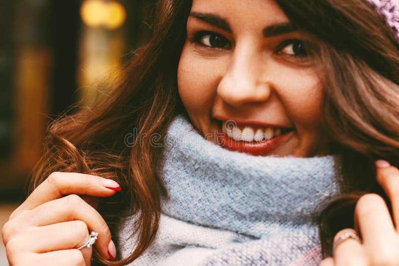 Молодая красивая усмехаясь женщина в шарфе и шляпе в осени или зиме стоковая фотография rf