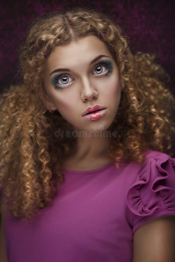 Молодая красивейшая девушка куклы с курчавыми волосами стоковое изображение rf