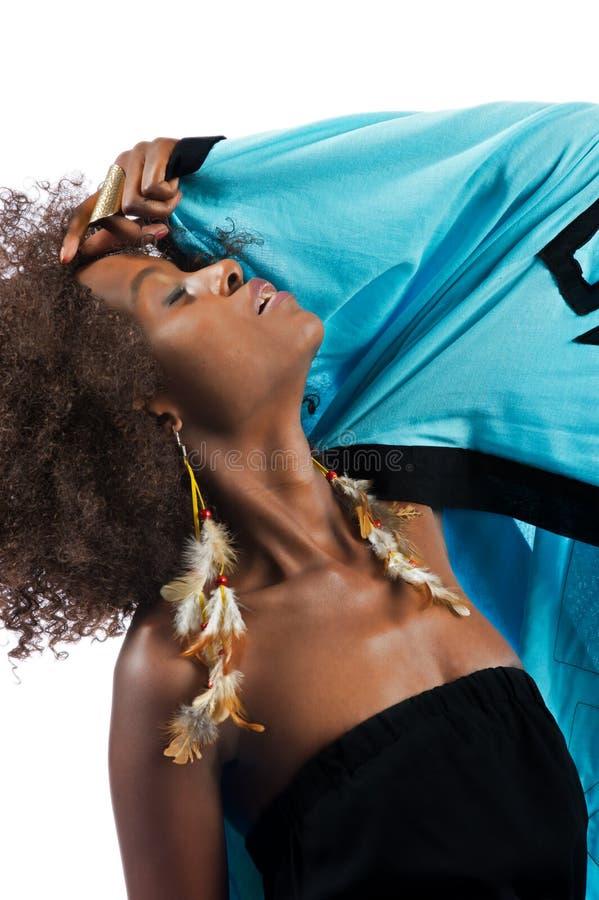 Молодая красивейшая чернокожая женщина полагается ее возглавляет назад стоковая фотография rf