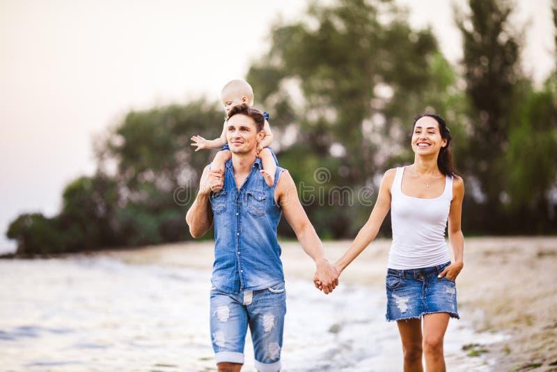 Бесплатно семейное папа дочка и мать