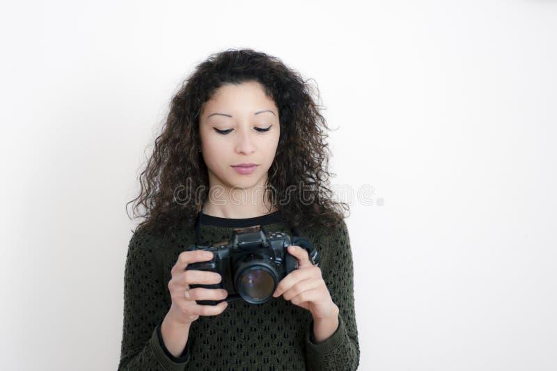 Молодая латинская женщина с камерой стоковое изображение rf