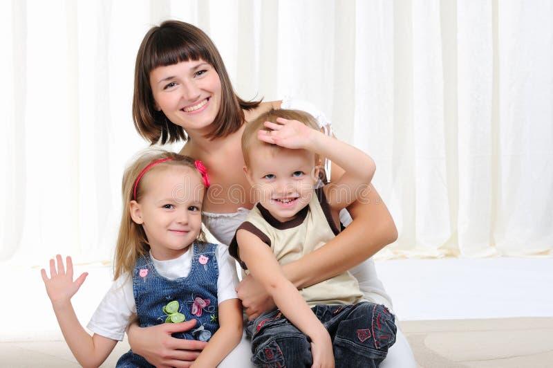 Молодая мать, ее дочь и сынок стоковое фото