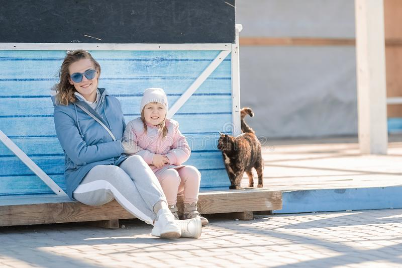 Молодая мать и маленькая прогулка дочери стоковое изображение