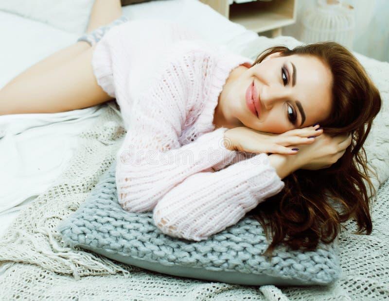 Молодая милая женщина брюнет в ее спальне сидя на окне Li стоковые изображения rf
