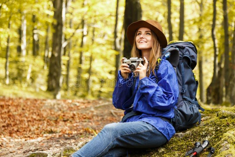 Молодая милая женщина в лесе осени в горах стоковые фото