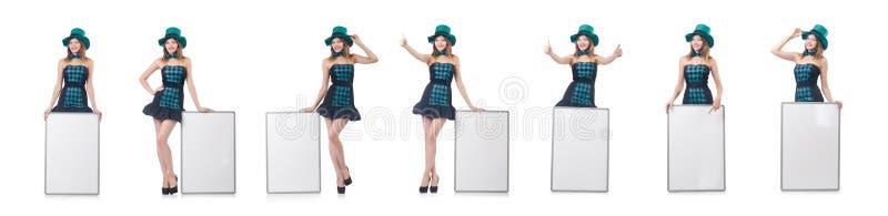Молодая милая женщина в шляпе с пустой доской изолированной на белизне стоковая фотография