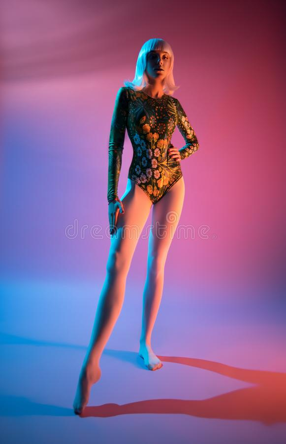 Молодая милая женщина в bodysuit стоковые фото