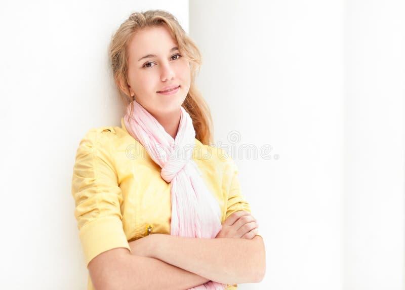 Молодая милая женщина над белой предпосылкой. стоковые фотографии rf