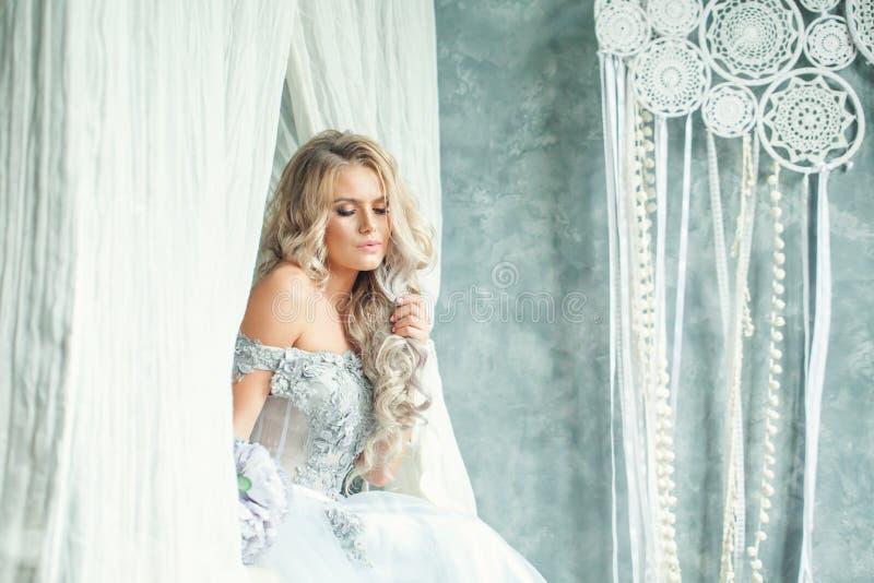 Молодая милая женщина с белокурым вьющиеся волосы дома Романтичный портрет стоковое фото