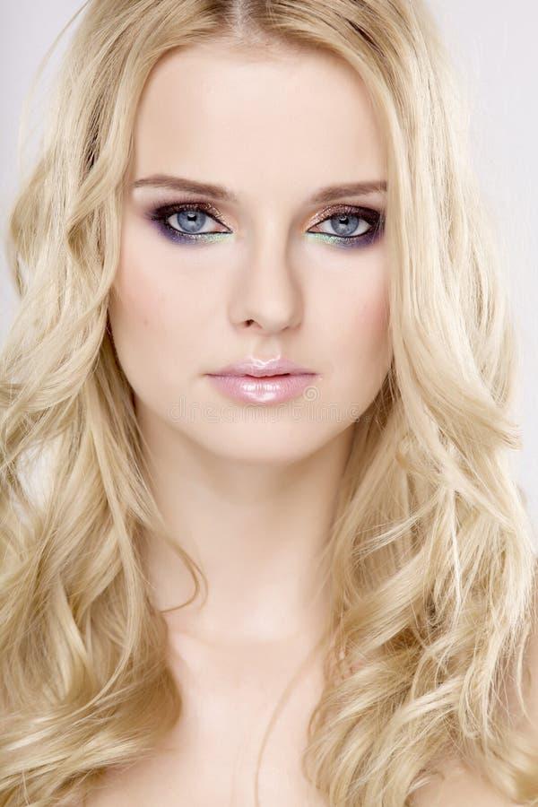 Молодая милая женщина с красивейшими светлыми волосами стоковое фото