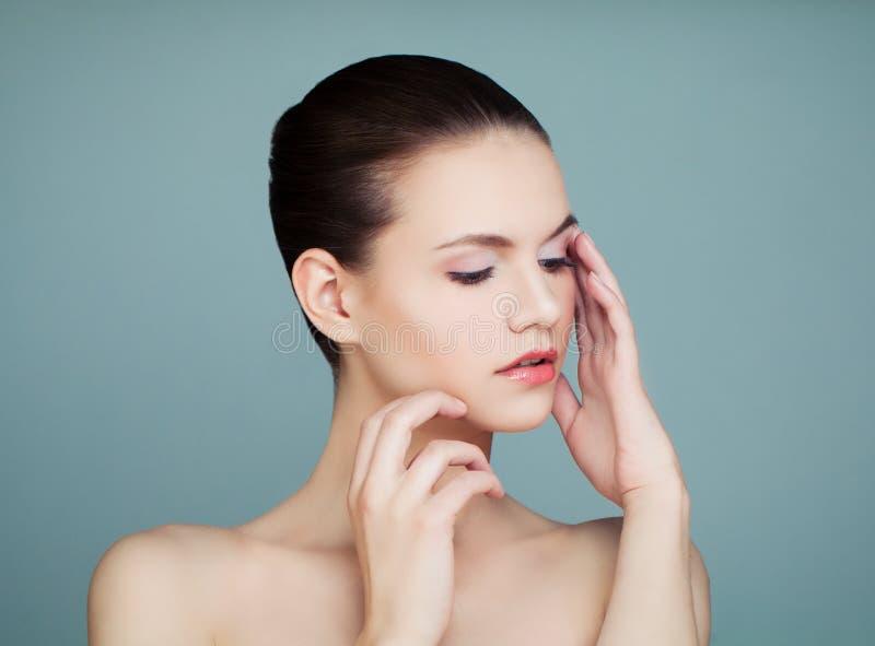 Молодая милая женщина с ясным портретом кожи стоковые изображения rf