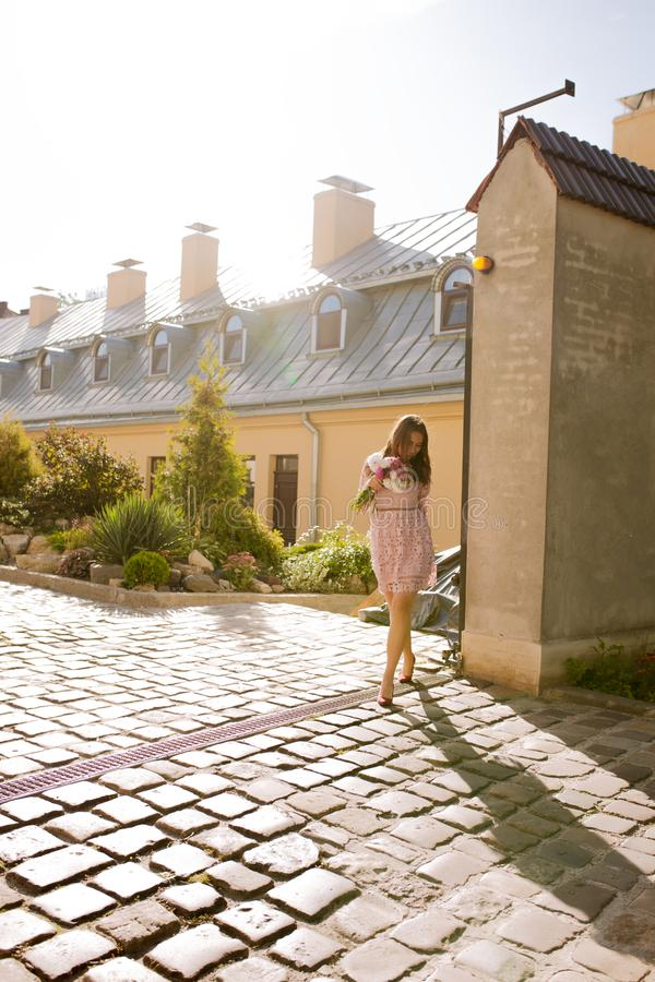 Молодая модель брюнет в прозрачном платье с букетом подачи стоковые изображения rf