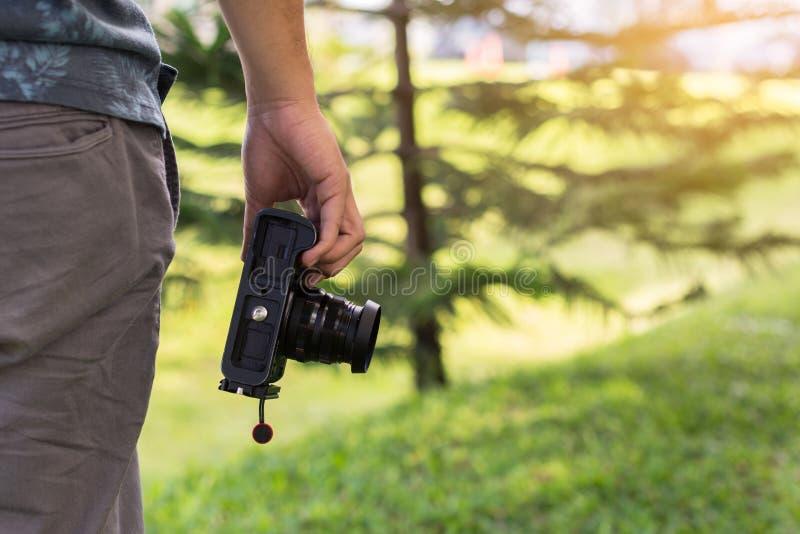 Молодая мужская рука держа камеру, концепцию фотографа стоковое фото rf