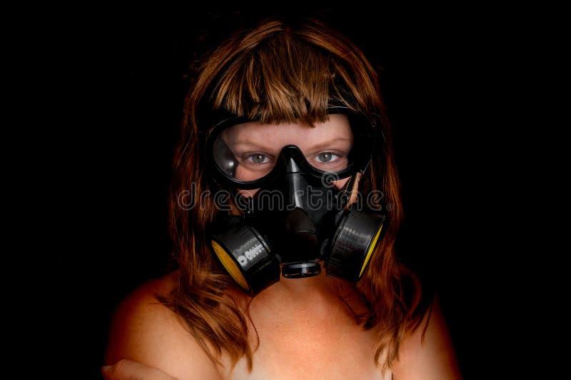 Молодая нагая женщина с маской противогаза стоковое изображение