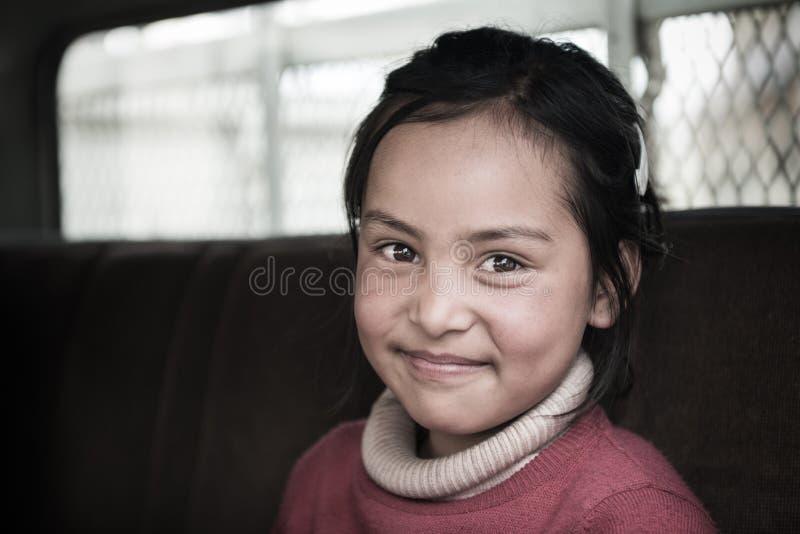 Молодая неопознанная тибетская девушка, усмехаясь представляет для фото с ее очаровательным глазом стоковое изображение rf