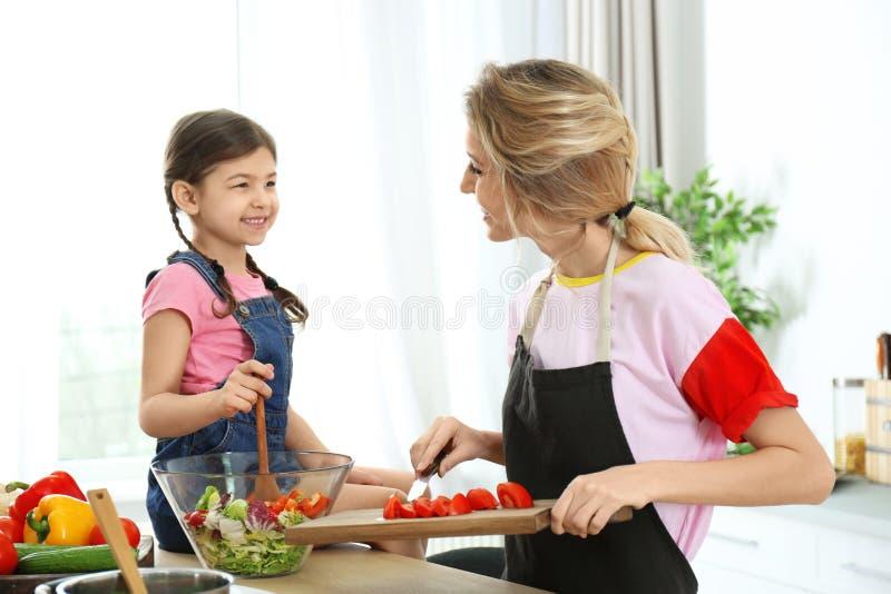 Молодая няня при милая маленькая девочка варя совместно стоковое фото