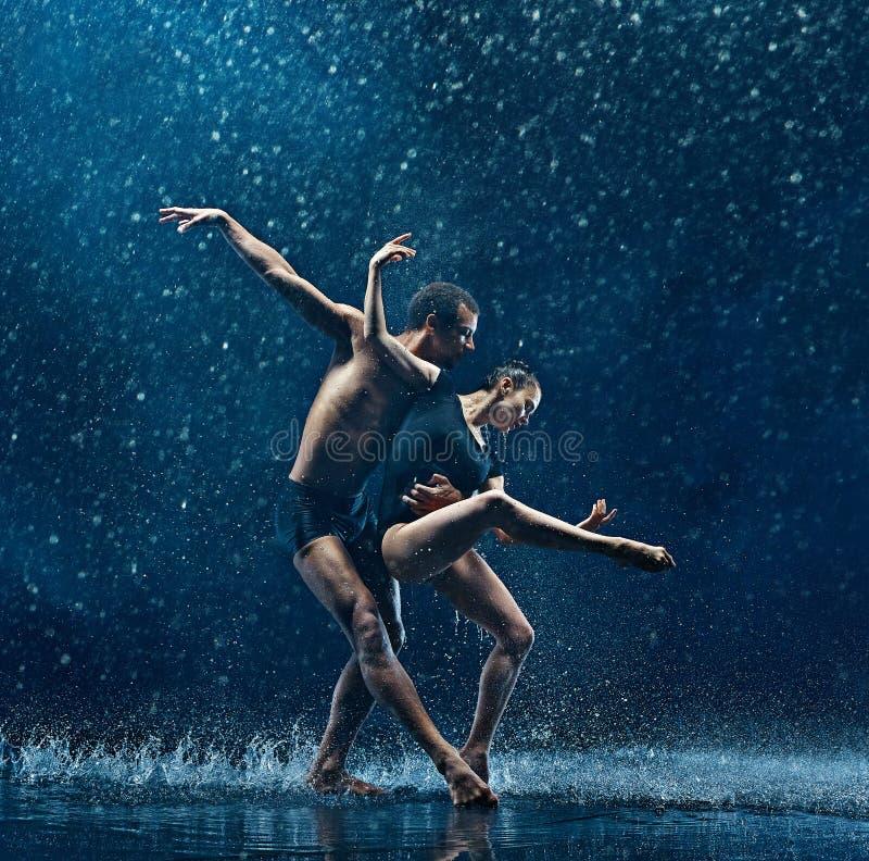 Молодая пара артистов балета танцуя rwater unde падает стоковая фотография