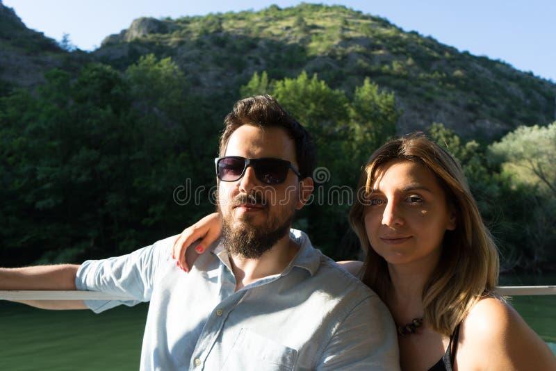 Молодая пара в любви сидит в лодке. счастливая романтическая атмосфера стоковое изображение rf
