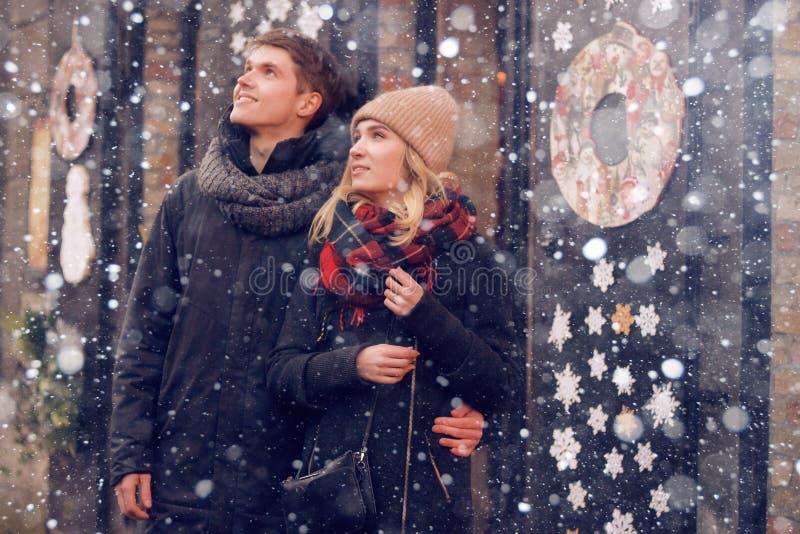 Молодая пара в парах влюбленности путешествует на день ` s валентинки St Праздники в Европе Теплые одежды, шляпа шарф, славная ат стоковые изображения