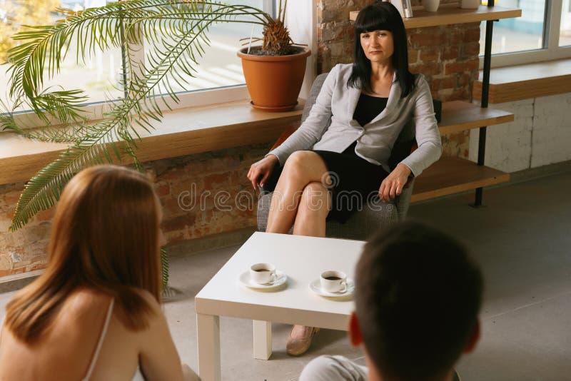 Молодая пара на консультации или встрече с психологом стоковое фото
