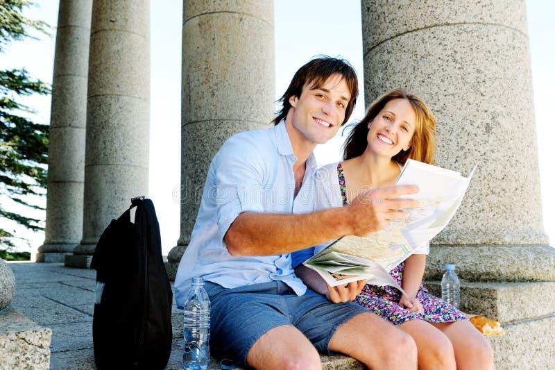 Молодая перемещая пара советует с картой стоковые изображения rf