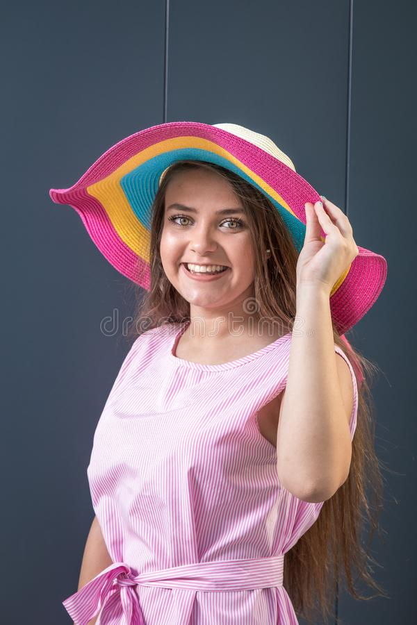 Молодая подростковая женщина на серой стене лето seashells песка рамки принципиальной схемы предпосылки стоковое изображение