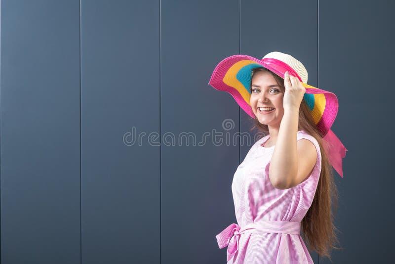 Молодая подростковая женщина на серой стене лето seashells песка рамки принципиальной схемы предпосылки стоковая фотография rf