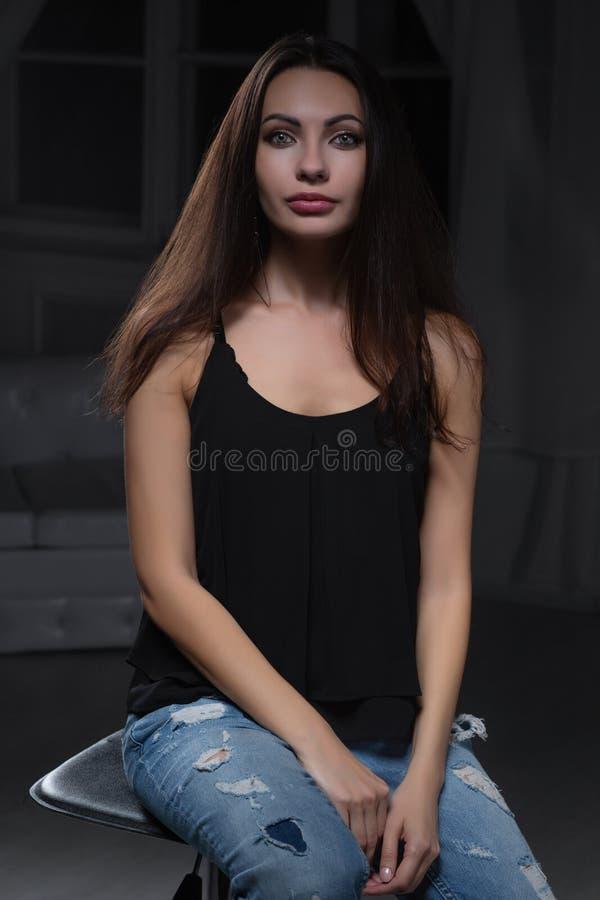Молодая прекрасная дама представляя в студии стоковое фото