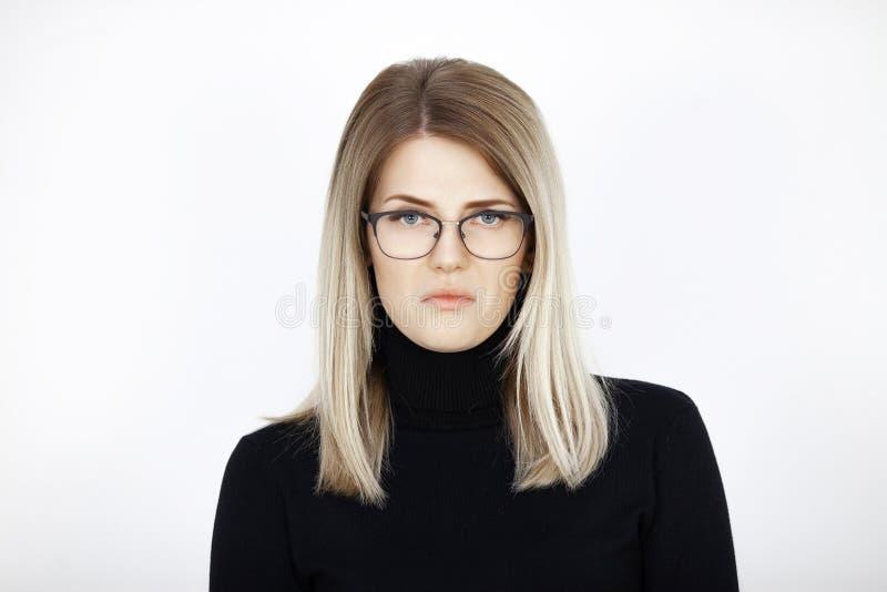 Молодая привлекательная блондинка выражает презрительность стоковое фото rf
