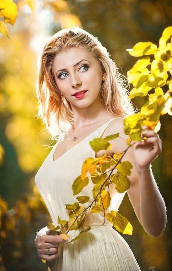 Молодая привлекательная женщина в романтичном пейзаже осени стоковое фото