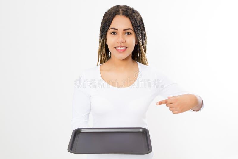 Молодая привлекательная женщина держа пустой поднос пиццы изолированный на белой предпосылке Скопируйте космос и глумитесь вверх  стоковые фото