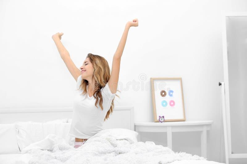 Молодая привлекательная женщина просыпая вверх стоковое фото rf