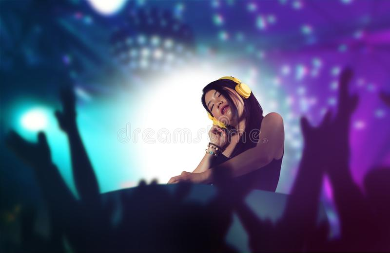 Молодая привлекательная и счастливая азиатская корейская женщина DJ д стоковые фото