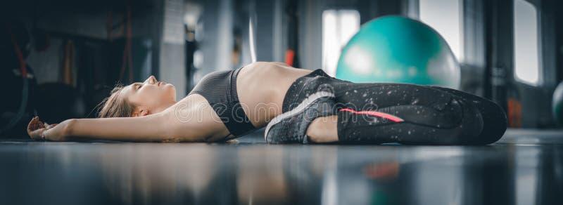 Молодая привлекательная разминка тренировки фитнеса женщины в спортзале St женщины стоковые изображения rf