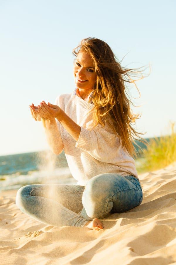 Молодая радостная девушка на пляже стоковая фотография