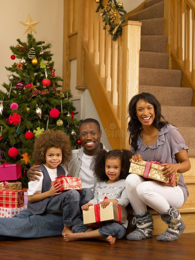 Молодая семья афроамериканца с подарками стоковое фото