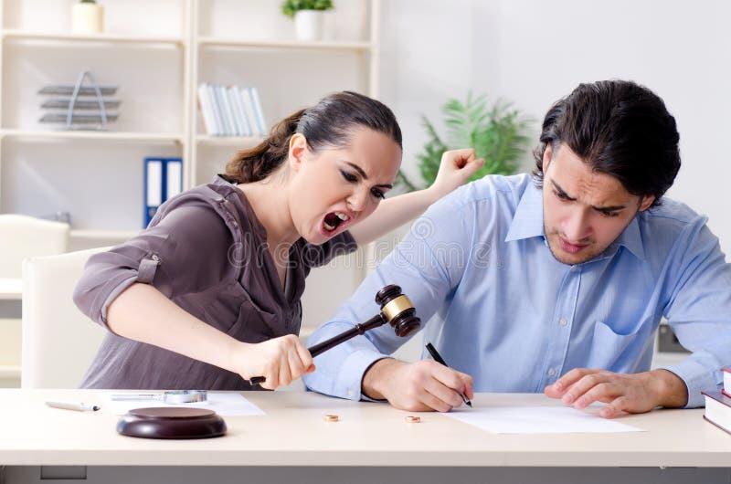 Молодая семья в концепции развода замужества стоковая фотография rf