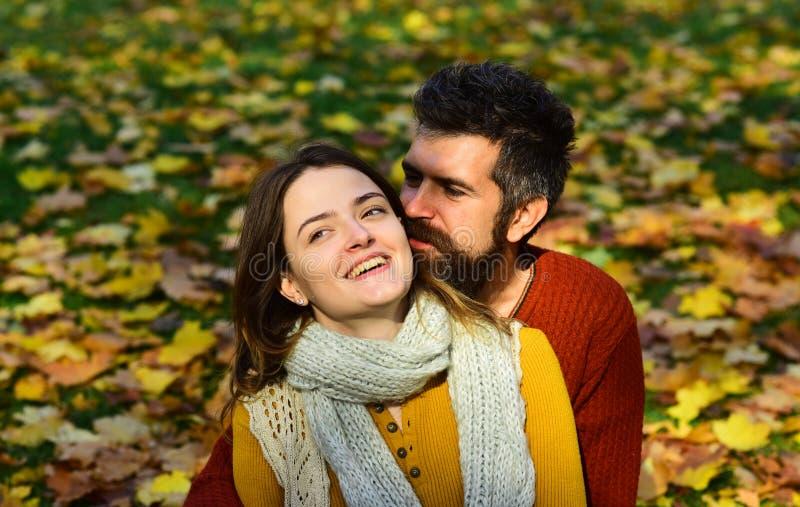 Молодая семья и осень Человек и женщина с счастливыми сторонами стоковое изображение