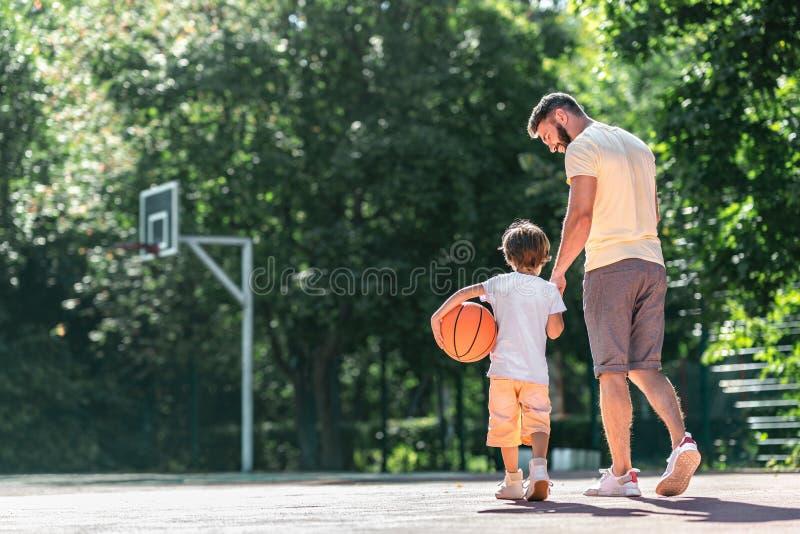 Молодая семья на баскетбольной площадке стоковое фото