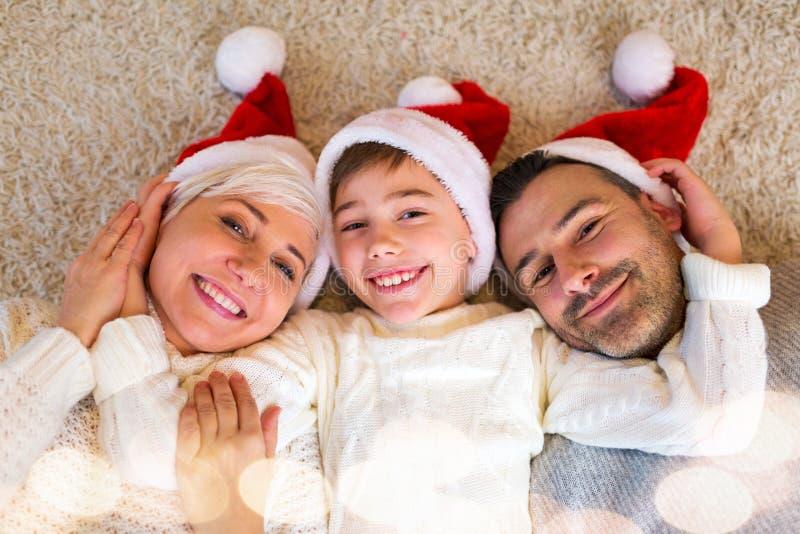 Молодая семья на рождестве стоковое фото