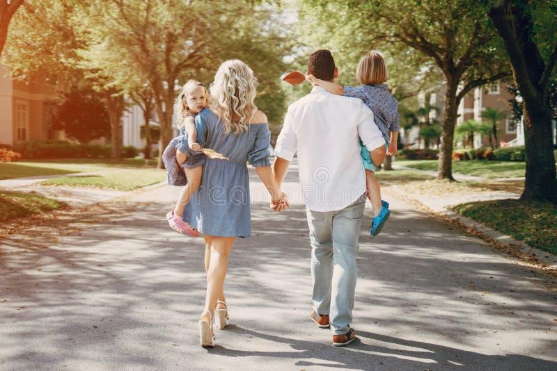 Молодая семья на улице стоковое изображение